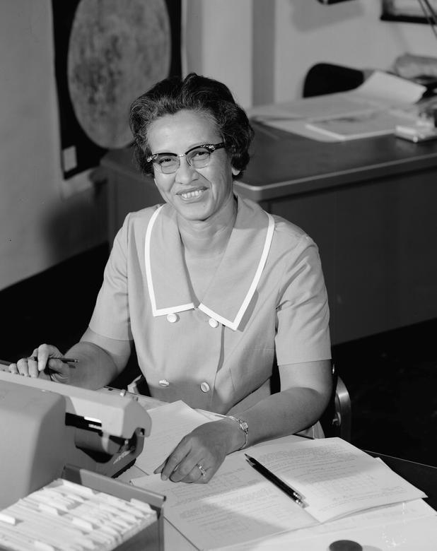 """2. LAS MUJERES DETRÁS DE LA MISIÓN: Katherine Johnson, matemática de investigación de la NASA, escribió los cálculos de la trayectoria del Apolo 11 a la Luna.  Fue una de las pocas mujeres afroamericanas contratadas para trabajar como """"computadoras humanas"""" para verificar y verificar los cálculos de los ingenieros en el Comité Nacional Asesor de Aeronáutica (NACA), la agencia que precedió a la NASA.  Johnson fue un contribuyente clave en varios hitos espaciales.  Ella escribió la trayectoria del vuelo de Alan Shepherd en 1961, el primero de un estadounidense en el espacio, y la verificación de los cálculos para la órbita de John Glenn en 1962, el primero de un estadounidense.  Recibió la Medalla Presidencial de la Libertad en 2015 y su historia de vida se convirtió en la película """"Figuras ocultas"""" de 2016.  NASA / Folleto vía REUTERS"""
