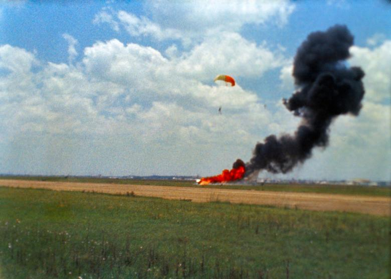 """1. ARMSTRONG Casi no sobrevivió a su entrenamiento: Neil Armstrong se estaba entrenando como comandante suplente de la misión Apollo 9 un año antes de su histórica misión como comandante de Apollo 11, realizando un simulador de aterrizaje del módulo lunar cuando perdió el control del vehículo aéreo en Base de la Fuerza Aérea de Ellington en Houston.  A 200 pies de altura en el aire, Armstrong decidió expulsar, y el vehículo se estrelló y se quemó en el impacto solo unos segundos más tarde, mientras flotaba a salvo en el suelo en un paracaídas.  Armstrong recordó que las simulaciones eran mucho más difíciles que el aterrizaje real, ya que las pruebas con destino a la Tierra debían tener en cuenta el viento, las ráfagas, la turbulencia y otros factores que no estaban presentes en el entorno sin aire en la Luna.  """"Los sistemas eran algo más entrecortados o menos suaves que el módulo lunar real, tanto los sistemas de propulsión como los de control de altitud lo eran"""".  Dijo en una entrevista de 2001 para un proyecto de historia oral de la NASA.  """"El módulo lunar fue una grata sorpresa"""".  NASA / Folleto vía REUTERS"""