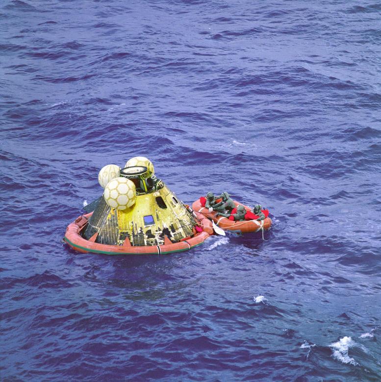 7. COMITÉ DE BIENVENIDA EN EL PACÍFICO: La cuadrilla se hundió en el Océano Pacífico Norte el 24 de julio de 1969, a unas 900 millas al suroeste de Hawai, y fue recibida por el Teniente Clancy Hatleberg, del Equipo de Demolición Subacuática de la Marina de los EE. UU., En la cápsula flotante .  Hatleberg llevaba prendas de aislamiento biológico para él y los miembros de la tripulación, en caso de que hubieran sido infectados con microorganismos extraterrestres.  Los astronautas se pusieron los trajes antes de subir a la balsa salvavidas, y luego Hatleberg roció la cápsula, los astronautas y él mismo con desinfectante antes de que fueran arrancados del agua y llevados a bordo del buque de recuperación USS Hornet.  La tripulación llevaba los trajes desde el momento en que se abrió la escotilla hasta que quedaron sellados dentro de una unidad de cuarentena a bordo del USS Hornet.  Cuando el barco atracó en Hawai, la unidad sellada se cargó en una U.  El avión de transporte de la Fuerza Aérea S. y voló a la Base de la Fuerza Aérea de Ellington en las afueras de Houston, Texas, donde los tres astronautas esperaron el período de cuarentena total de 21 días.  NASA / Folleto vía REUTERS