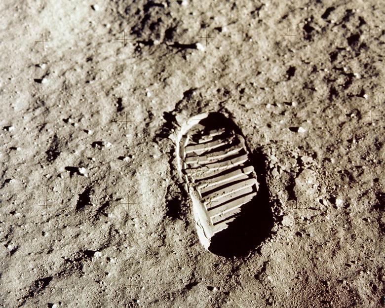 """6. LA PRIMERA LÍNEA FAMOSA DE ARMSTRONG: Neil Armstrong reflexionó sobre su famosa primera línea: """"Ese es un pequeño paso para [un] hombre, un gran salto para la humanidad"""", después de pisar la superficie de la luna.  En una entrevista en 2001 para un proyecto de historia oral de la NASA, dijo que aunque reflexionó sobre qué decir, estaba preocupado por las tareas más inmediatas en el período posterior al aterrizaje y antes de aventurarse en su traje espacial.  """"Fue ... una afirmación bastante simple, hablando de dejar algo. Por qué, no fue algo muy complejo. Era lo que era"""".  NASA / Folleto vía REUTERS"""