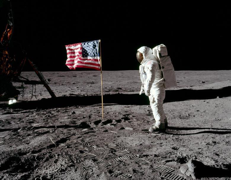 """Buzz Aldrin al plantar la bandera durante el Apolo 11: """"Tuvimos algunas dificultades al principio para que el palo de la bandera permaneciera en la superficie. Al penetrar en la superficie, encontramos que la mayoría de los objetos bajaban aproximadamente 5, quizás 6 pulgadas, y luego enfrentarse con la resistencia gradual. Al mismo tiempo, no había mucha fuerza de apoyo en ninguno de los lados, por lo que tuvimos que inclinar la bandera hacia atrás para que mantuviera esta posición. Muchas personas han hecho tanto para brindarnos """"Esta oportunidad de colocar esta bandera estadounidense en la superficie. Para mí fue uno de los momentos más orgullosos de mi vida, poder pararme allí y saludar rápidamente la bandera"""". Neil Armstrong / NASA / Folleto a través de REUTERS"""