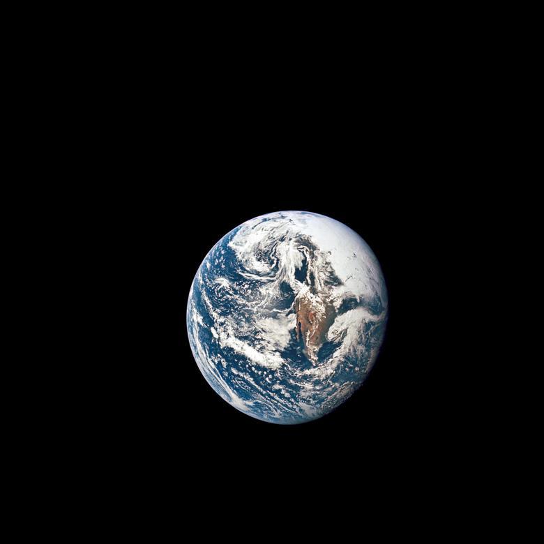 """Alan Shepard, de Apolo 14, al mirar la Tierra desde la luna: """"Así que se ve hermoso, se ve solo, se ve frágil. Piensas, imagina que millones de personas viven en ese planeta y no se dé cuenta de lo frágil que es. Creo que es un sentimiento que todos hemos tenido y lo expresó de una manera u otra. Ese fue un sentimiento abrumador al ver la belleza del planeta por un lado, pero su fragilidad en sí misma. el otro."""" En la foto: la Tierra se ve desde 36,000 millas náuticas de distancia, como se fotografió desde la nave espacial Apollo 10 durante su viaje traslunar hacia la luna, el 18 de mayo de 1969. NASA / Folleto a través de REUTERS"""