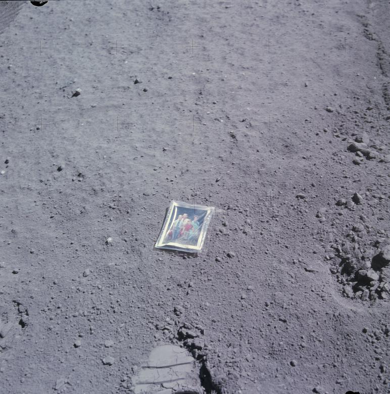 """Charles Duke de Apollo 16 dejó un recuerdo personal: """"Tomé una foto de mi familia. Nuestros hijos tenían 5 y 7. Y una pequeña foto que había sido tomada en el patio trasero por uno de los tipos de la NASA, Ludy Benjamin, y tuvimos eso encajonado en Velcro (no Velcro) pero - envuelto en plástico. Y en la parte posterior de esta fotografía, ya sabes, escribimos: """"Esta es la familia del Astronauta Duque del planeta Tierra. Aterrizó en la luna, abril de 1972 . Y los niños lo habían firmado, ya sabes, para involucrarlos en el vuelo. Así que lo dejé en la luna y tomé una foto de la foto, y esa es una de nuestras posesiones más bonitas ahora """". NASA / Folleto vía REUTERS"""