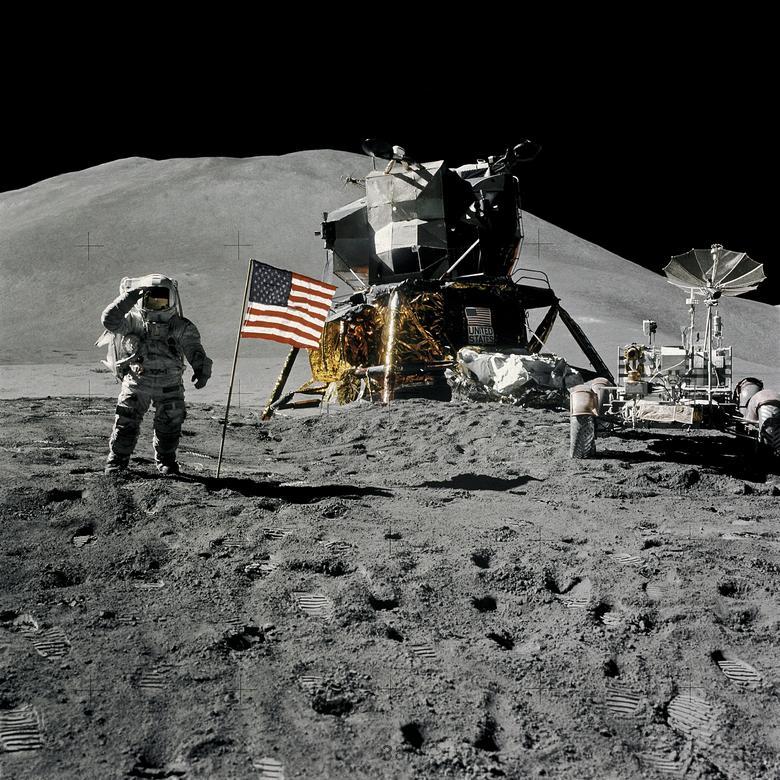 """James Irwin de Apolo 15 escribió en sus memorias: """"Estar en la luna tuvo un profundo impacto espiritual en mi vida ... El logro del espacio entero se pone en una perspectiva adecuada cuando uno se da cuenta de que Dios caminando sobre la tierra es más importante que el hombre que camina. en la Luna."""" En la foto: el astronauta James Irwin, piloto del módulo lunar, hace un saludo militar mientras está de pie junto a la bandera de los Estados Unidos durante la actividad extravehicular (EVA) de la superficie lunar del Apolo 15 en el sitio de aterrizaje de Hadley-Apennine en la Luna, 1 de agosto de 1971. NASA / David Scott / Folleto vía REUTERS"""