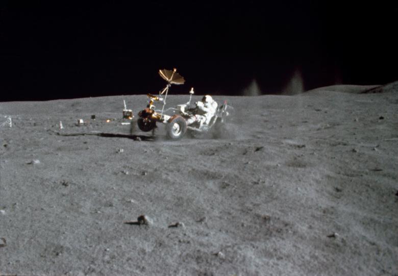 """John Young, de Apollo 16, le dijo al Houston Chronicle: """"La sexta gravedad en la superficie de la luna es simplemente encantadora. No es como estar en gravedad cero, ya sabes. Puedes dejar caer un lápiz en gravedad cero y buscarlo por tres"""". días. En una sexta gravedad, solo miras hacia abajo y ahí está """". En la foto: el astronauta John W. Young conduce el Vehículo Lunar Roving (LRV) durante la primera caminata espacial del Apolo 16 en el sitio de aterrizaje de Descartes en la Luna este 21 de abril de 1972. NASA / Folleto a través de REUTERS"""