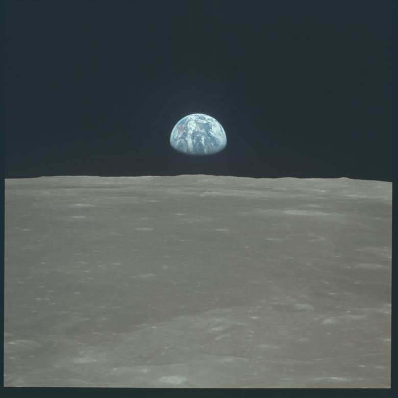 """Neil Armstrong al ver la Tierra durante el Apolo 11: """"Es tan pequeño, muy colorido, ya sabes, ves un océano y una capa gaseosa, un poco, solo un poquito, de atmósfera a su alrededor, y comparado con todo lo demás. """"Los objetos celestes, que en muchos casos son mucho más masivos, más terroríficos, parece que no pudieron ofrecer una muy buena defensa contra un ataque celestial"""". En la imagen: la Tierra se eleva sobre el horizonte de la luna durante la misión lunar del Apolo 11 en julio de 1969. NASA / Folleto a través de REUTERS"""