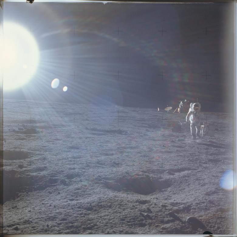 """Alan Bean, Apollo 12: """"Cuando te estás preparando para ir a la luna, todos los días son como Navidad y tu cumpleaños se enrolla en uno. Quiero decir, ¿puedes pensar en algo mejor?"""" En la foto: el astronauta Alan L. Bean, piloto del Módulo Lunar LM, implementa el paquete de experimentos de superficie lunar de Apolo ALSEP durante la misión Apolo 12 el 19 de noviembre de 1969. NASA / Folleto a través de REUTERS"""