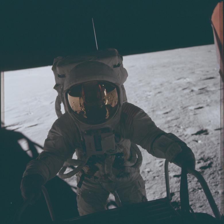 """Charles """"Pete"""" Conrad, Apolo 12: """"Fue realmente pionero en la exploración lunar. Habíamos planeado nuestras travesías con cuidado, las cubrimos y nos quedamos en la línea del tiempo. Teníamos un enlace en tiempo real con el suelo, para ayudar guiamos nuestro trabajo en la superficie. Por supuesto, habíamos practicado mucho de antemano. Trabajando con geólogos en el campo para aprender técnicas de ellos mientras aprendían lo que podíamos y no podíamos hacer en el entorno lunar """". En la foto: el astronauta Charles """"Pete"""" Conrad Jr., comandante del Apolo 12, sube a la superficie lunar durante la primera actividad extravehicular de la misión Apolo 12 el 16 de noviembre de 1969. NASA / Folleto a través de REUTERS"""