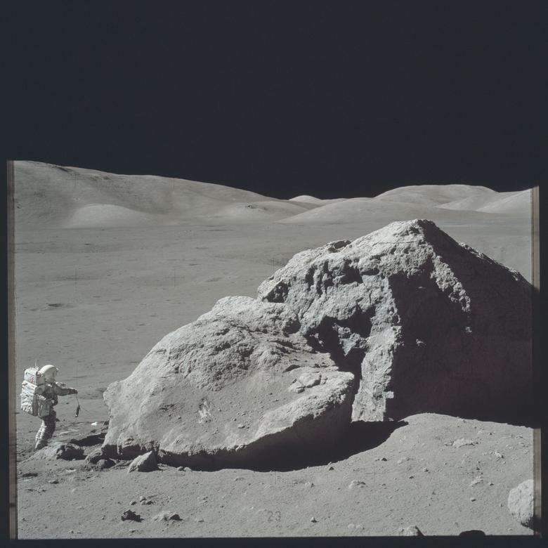 """Harrison Schmitt, un geólogo en formación, sobre el estudio de la luna para el Apolo 17: """"La historia de la Tierra más allá de los 3 mil millones de años es muy difícil para nosotros verla aquí en la Tierra. De hecho, la historia de la Tierra más allá de los 500 millones de años es algo difícil para mirar. Tienes que ir a lugares muy especiales. En la Luna, simplemente comenzamos a mirar la historia a los 3 mil millones de años y volvemos desde allí. Por lo tanto, es una ventana llena de hoyos y polvorienta de nuestro propio pasado. No hay duda de eso . """" """"Ese es un problema que a la fotografía de la NASA (a pesar de todo su maravilloso trabajo) le cuesta mucho creer, algunos de los colores. Y lo ves más en las imágenes del suelo anaranjado que encontramos en el Apolo 17, en que hay un Internacional rojo o naranja en esa pierna de ese gnomon, y se negaron a imprimir ese color."""