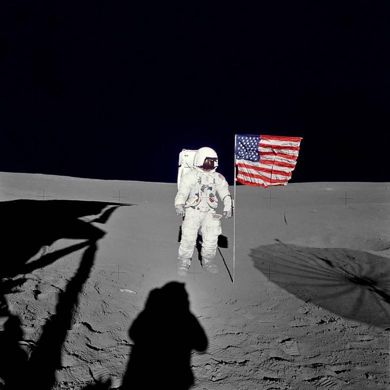 """Edgar Mitchell, Apollo 14: """"Sí, hay un montón de maravillas, hay"""" ¡Guau! """", Hay alegría. Bueno, hay la sensación de ser el primero en estar en este lugar. Es increíble"""". En la foto: el astronauta Edgar Mitchell está junto a la bandera desplegada de los Estados Unidos en la superficie lunar, el 5 de febrero de 1971. NASA / Folleto a través de Reuters"""