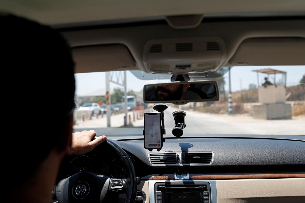 Palestinian App Helps Drivers Avoid Israeli Checkpoint Bottlenecks