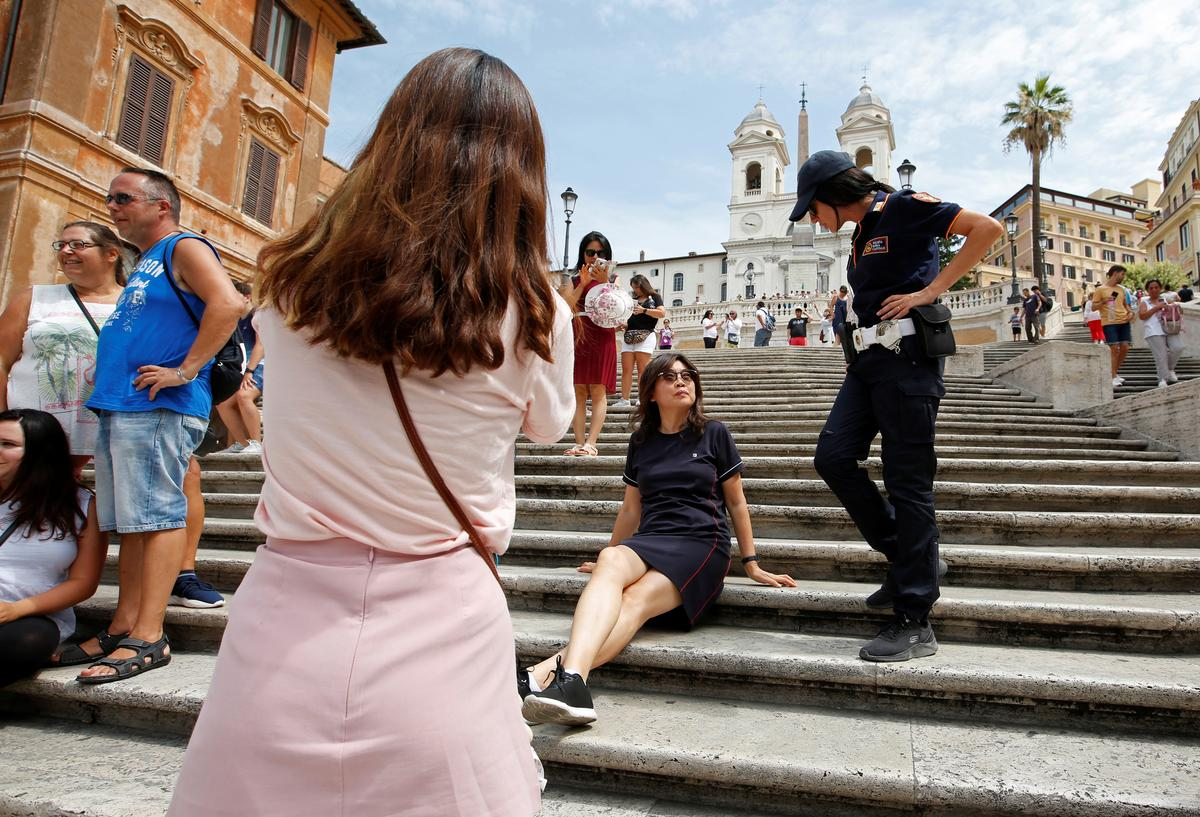 Police patrol Rome's Spanish Steps to enforce sitting ban