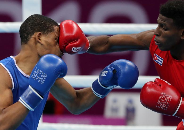 Andy Cruz de Cuba en acción con Hendri Cedeno Martínez de República Dominicana durante los cuartos de final de boxeo de 64 kg. REUTERS / Ivan Alvarado