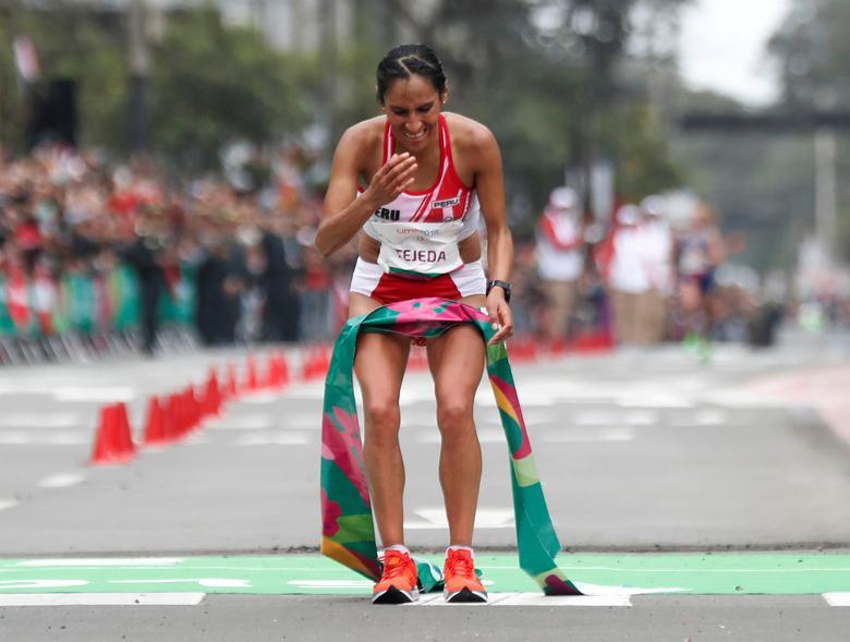 La peruana Gladys Tejeda reacciona después de ganar el maratón femenino. REUTERS / Henry Romero