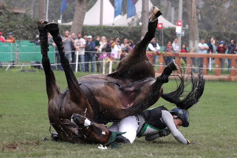 El brasileño Ruy Leme Da Fonseca Filho cae después de un salto durante el evento ecuestre de cross country individual. REUTERS / Guadalupe Pardo