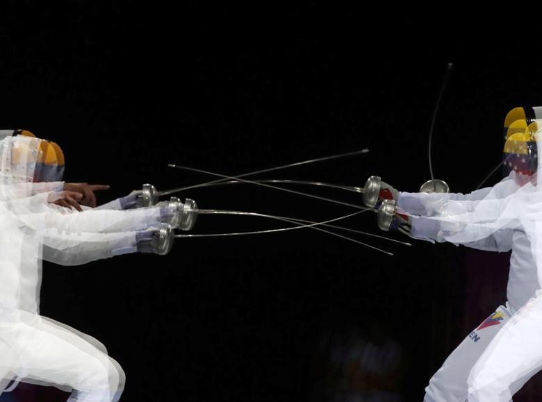 El Lagarto Rubén de Venezuela en acción contra su compatriota Jesús Lagarto durante la espada individual de los hombres. REUTERS / Guadalupe Pardo