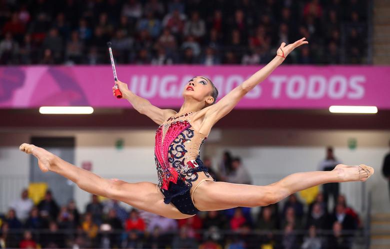 La canadiense Natalie García en acción durante la final de los clubes de gimnasia rítmica. REUTERS / Pilar Olivares