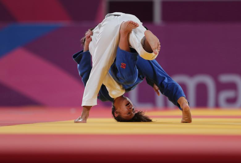 La chilena Mary Dee Vargas con la brasileña Larissa Faria en acción en el partido por la medalla de bronce de judo de 48 kg femenino. REUTERS / Guadalupe Pardo