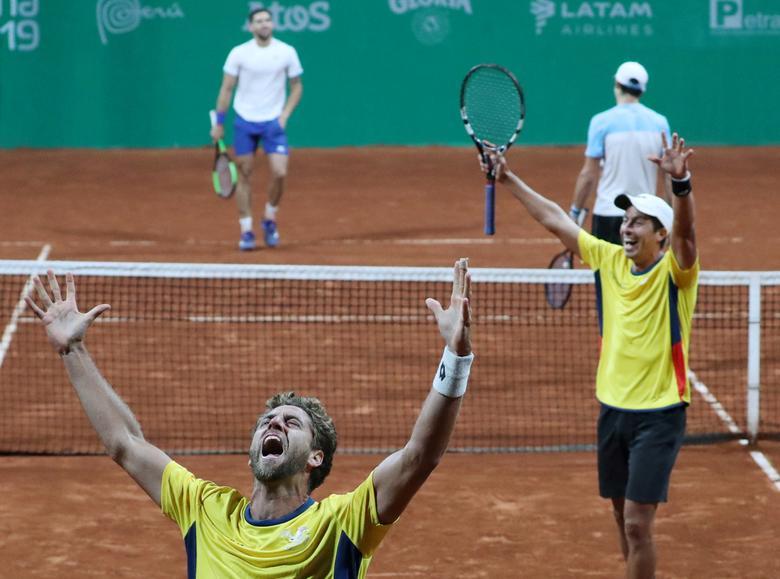 Los ecuatorianos Roberto Quiroz y Gonzalo Escobar celebran su victoria en la final masculina de tenis de dobles. REUTERS / Ivan Alvarado