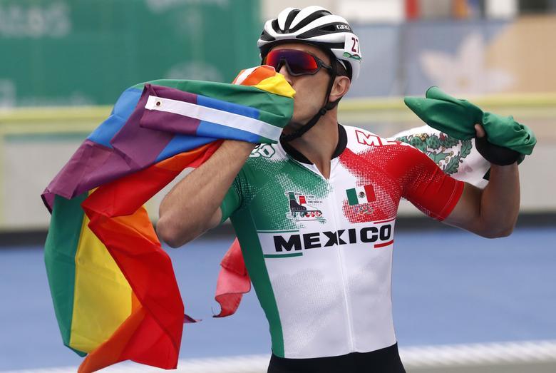 El mexicano Jorge Luis Martínez Morales celebra después de ganar la medalla de bronce en la final de contrarreloj de 300 m de patinaje de velocidad masculino. REUTERS / Susana Vera