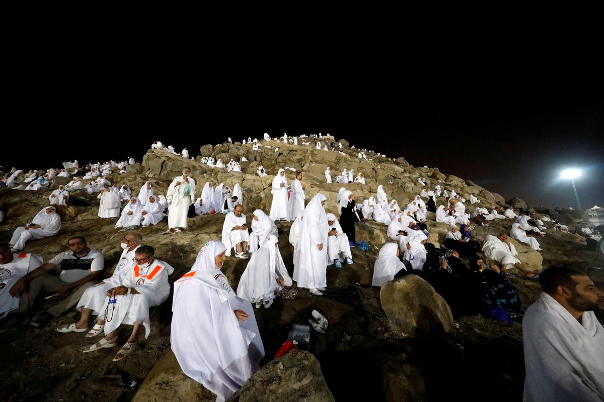 Muslims gather in Muzdalifa to prepare for final stages of haj