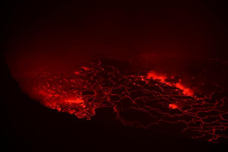 Lav, Demokratik Kong Cumhuriyeti'ndeki Doğu Kongolu şehir Goma'nın yakınındaki Virunga Ulusal Parkı'ndaki Nyiragongo yanardağının krateri içinde parlıyor.  REUTERS / Baz Ratner