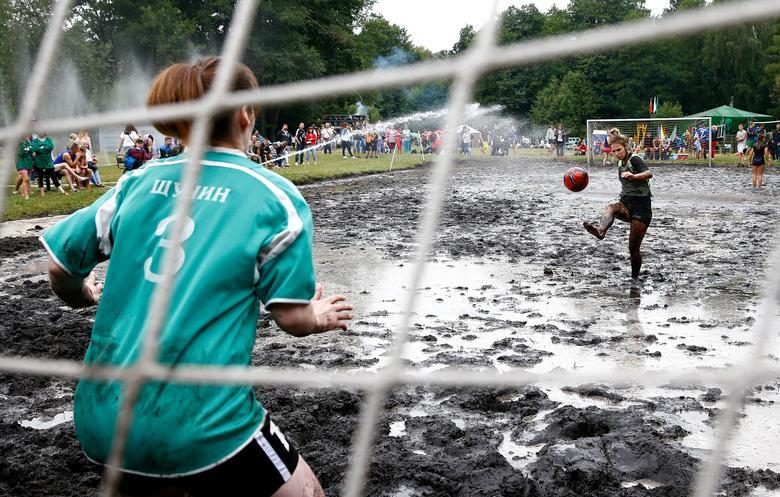 Kadınlar, Beyaz Rusya Dombrovka köyü yakınlarındaki bir bataklık futbol maçına katılıyorlar.  REUTERS / Vasily Fedosenko