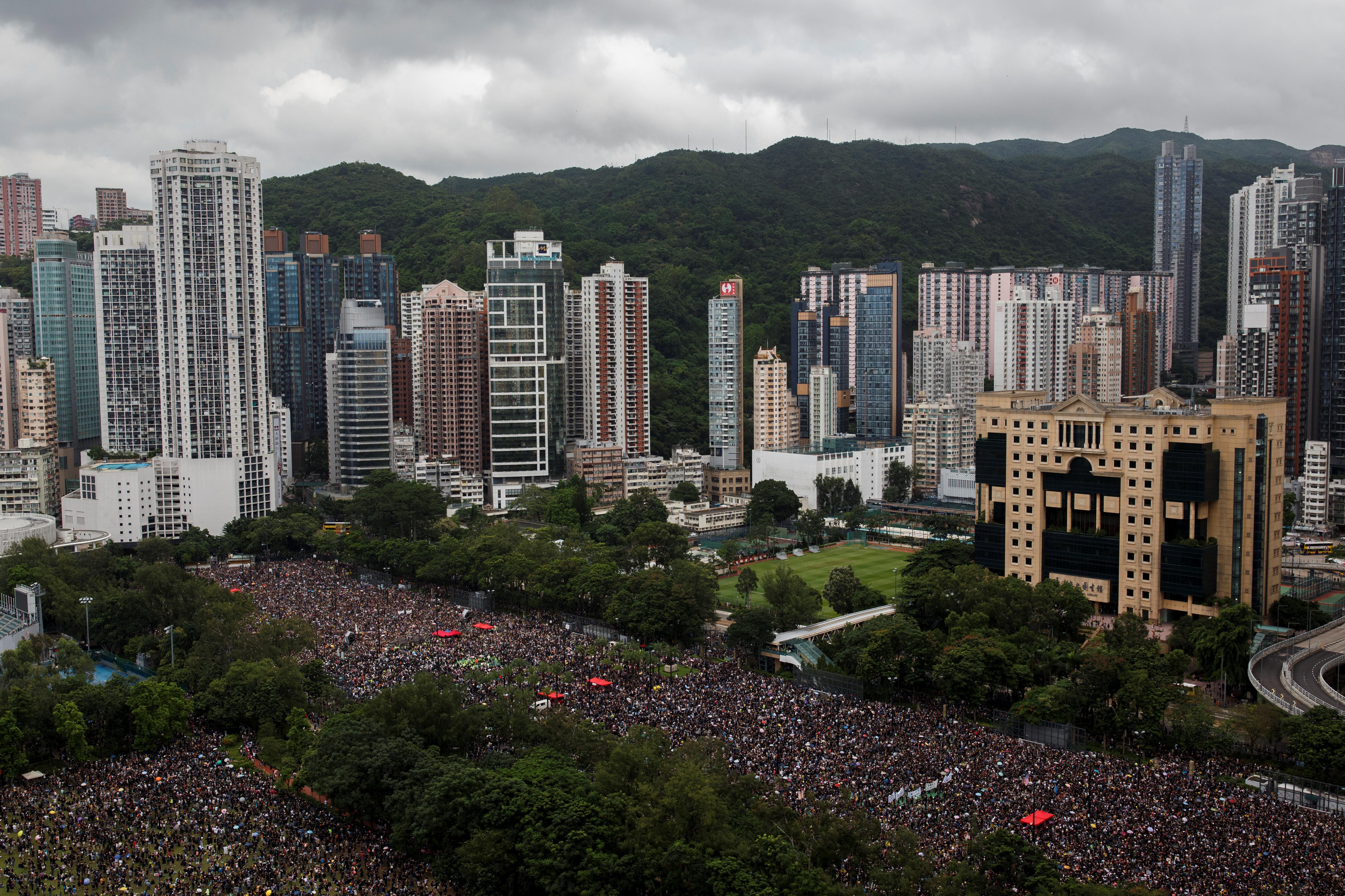 Les manifestants de Hong Kong parcourent les rues sous la chaleur et les fortes pluies