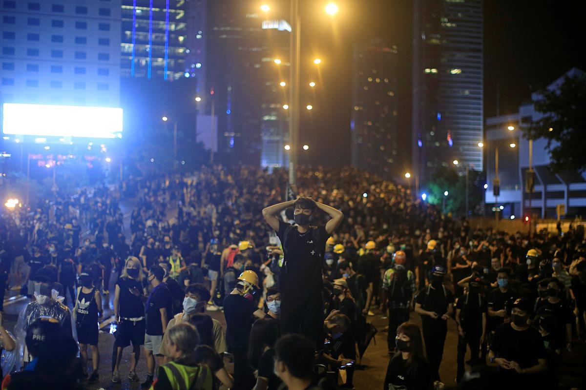 Betogers in Hong Kong verdwyn strate vreedsaam in gietende reën