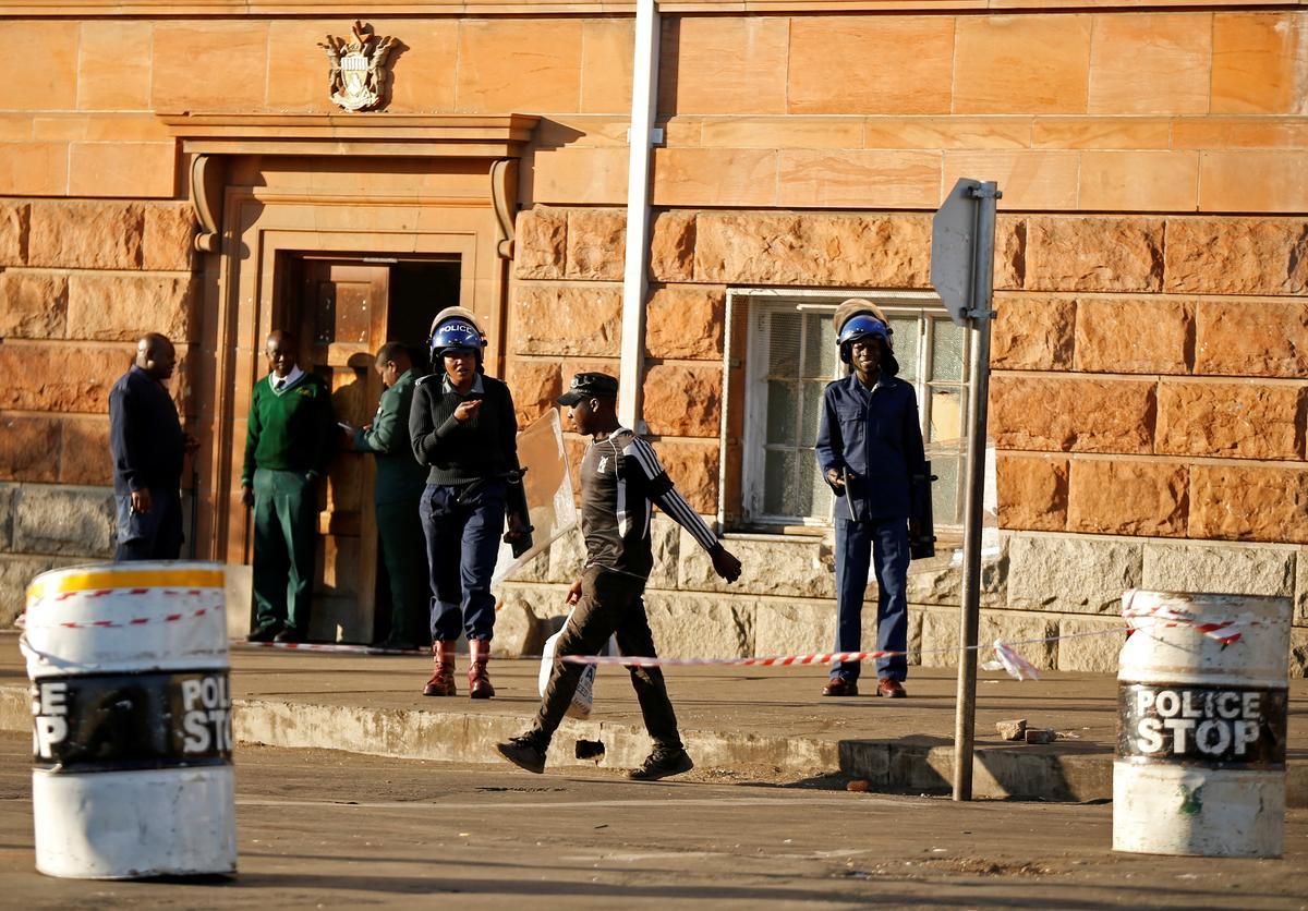 Polisie patrolleer soldate in Bulawayo in Zimbabwe toe die opposisie-protes in die wiele gery het