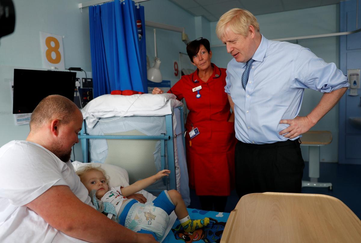 Die Britse Johnson slaan 'mumbo-jumbo' oor entstowwe nadat die maselsnelheid styg