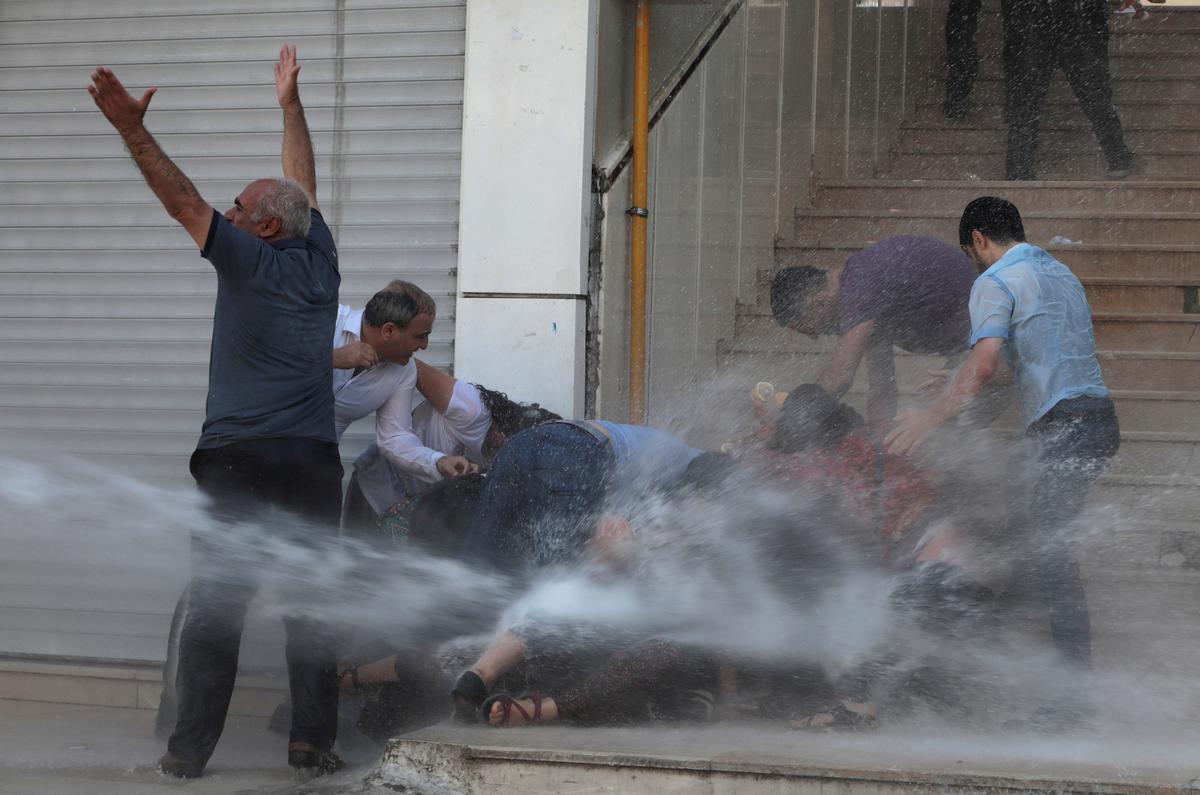 Turkse polisie gebruik waterkanonne, batonne op Koerdiese betogers