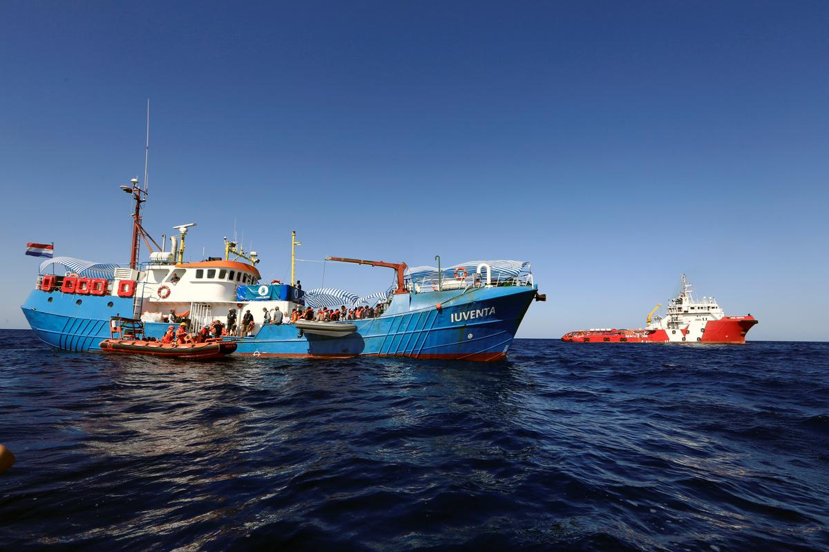 Kaptein van die migrerende reddingsskip weier eer uit Parys