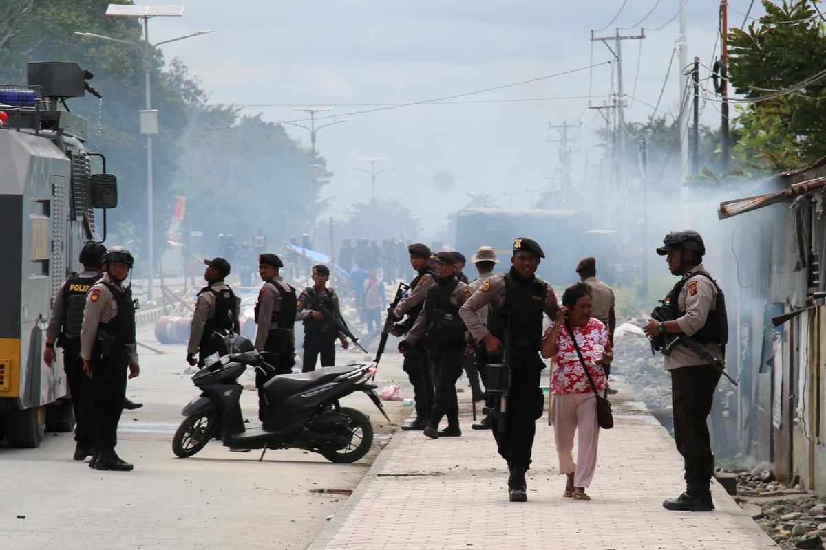 Indonesië arresteer 34, blokkeer internet in Papua om betogings te bekamp