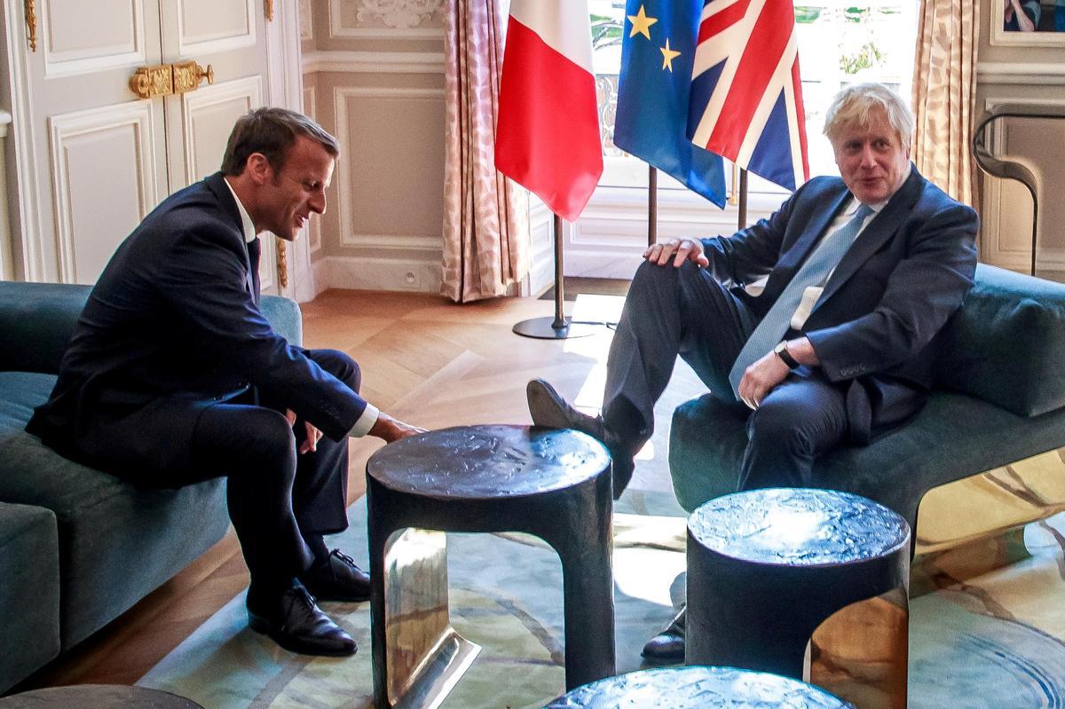 Die Britse Boris Johnson steek sy voete op in die paleis van Macron
