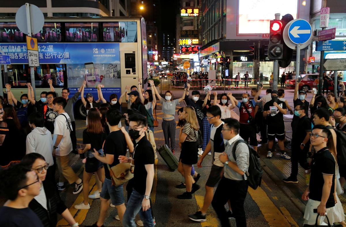 Betogers in Hong Kong sluit aan by die 'Baltic Chain' skakel