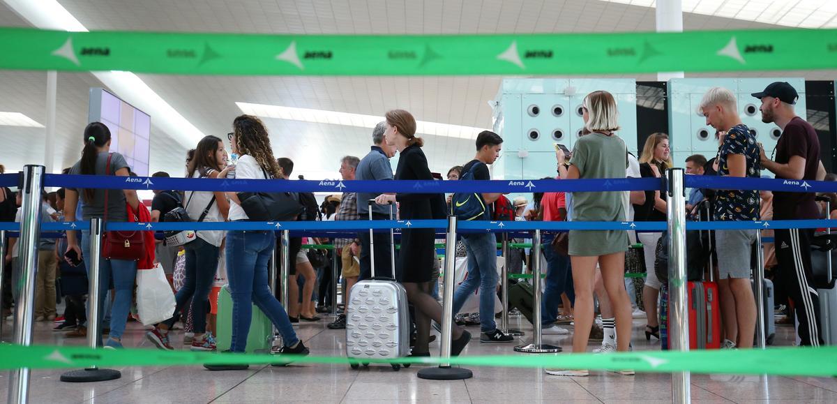 Naweekstaking op die lughawe in Barcelona kanselleer minstens 124 vlugte