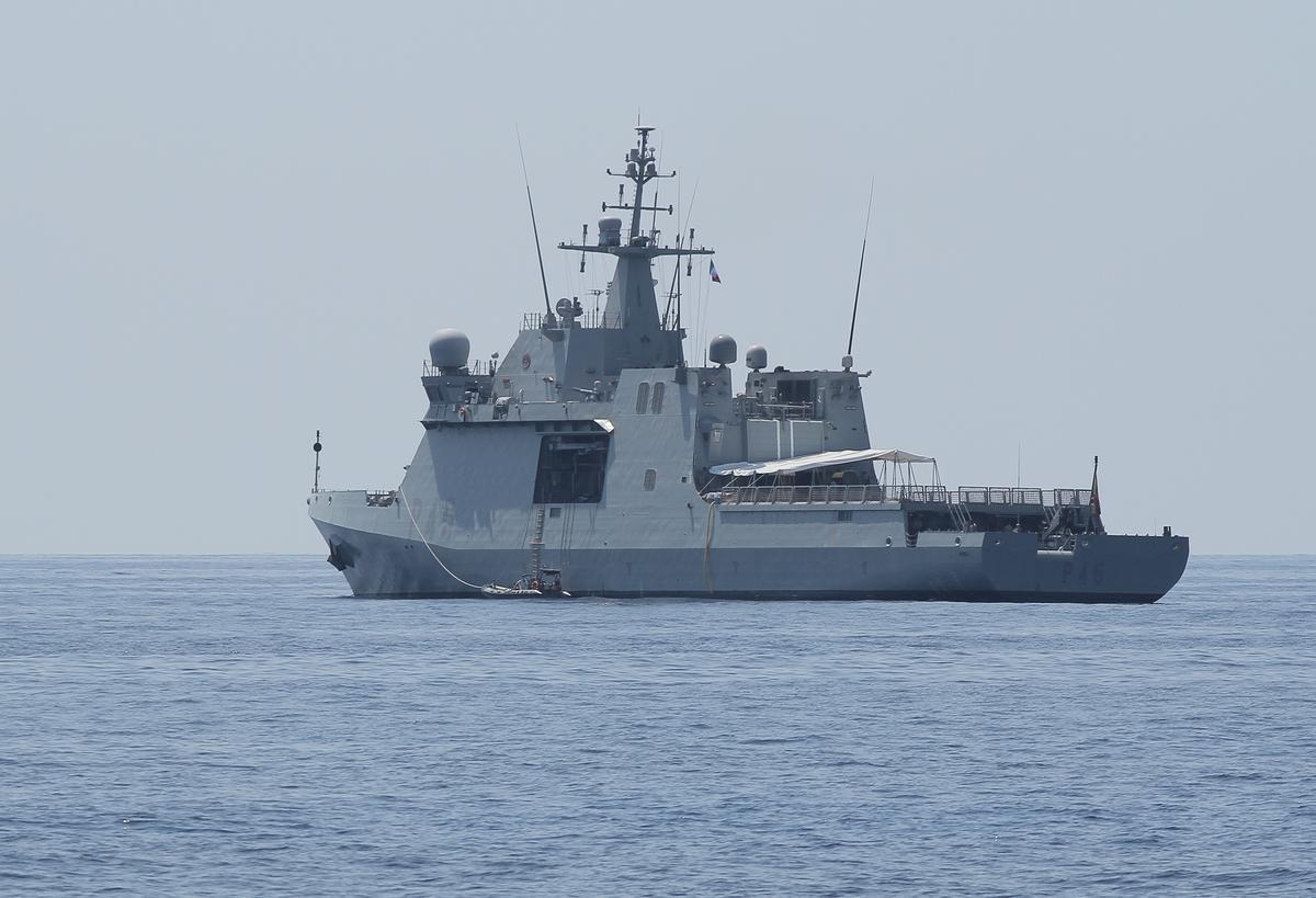 Spaanse oorlogskip haal 15 migrante op om politieke skote af te vuur