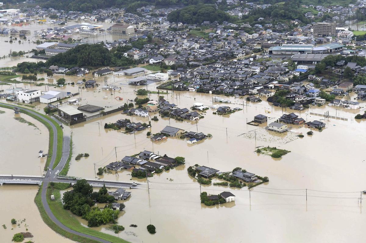 Rekordreën in die suide van Japan bring chaos in die vloed tot gevolg, en maak minstens twee dood