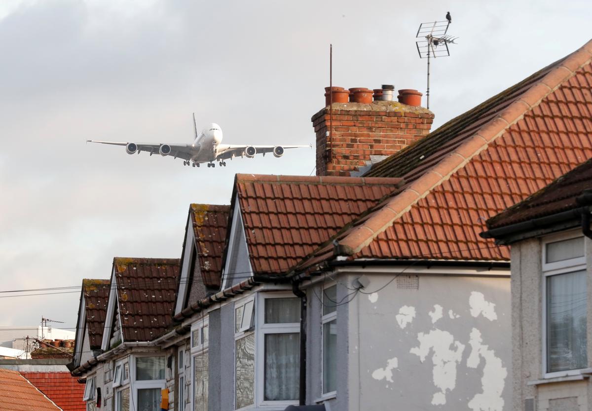 Drone-ontwrigting? Klimaataktiviste teiken die Heathrow-lughawe in Londen