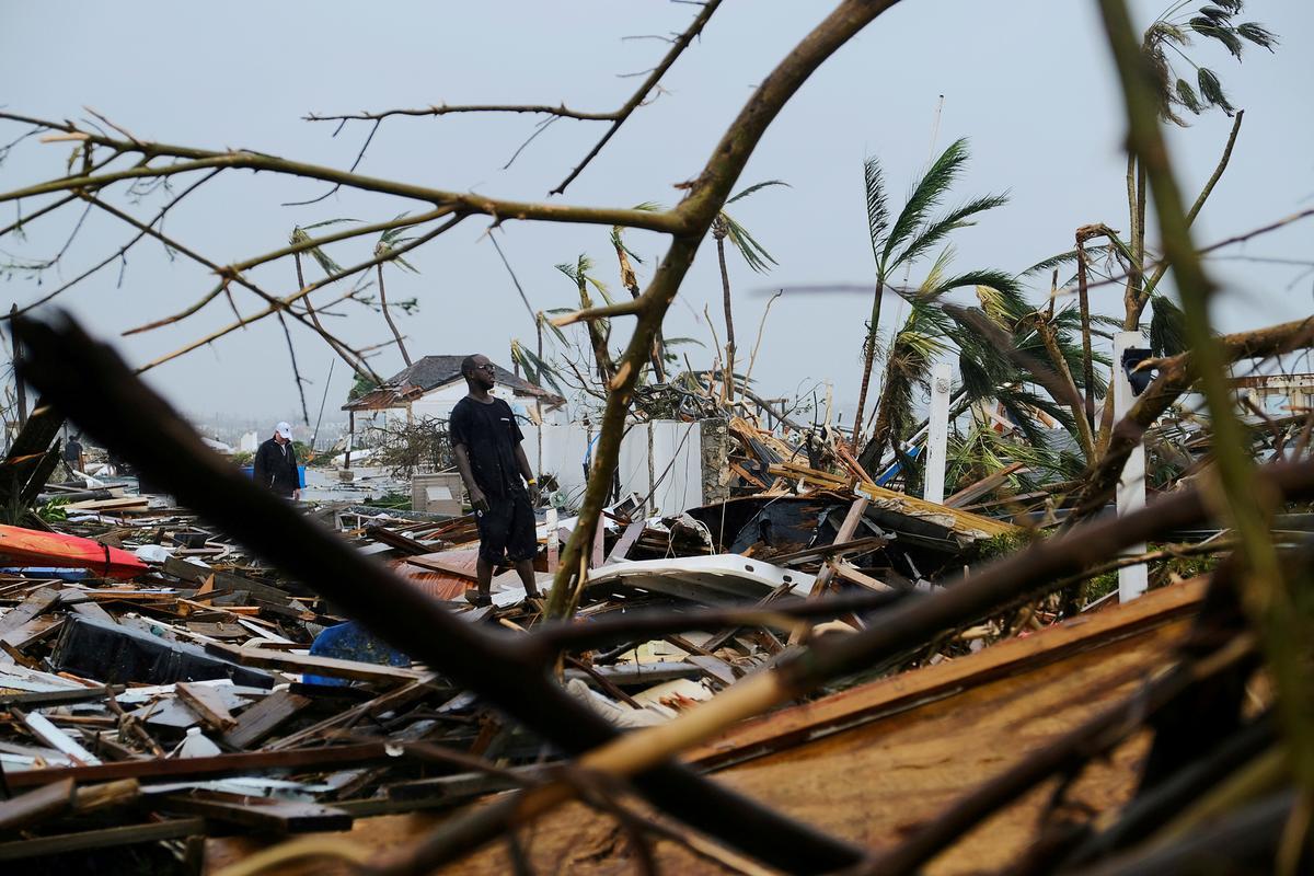 Op die vernietigde lughawe vertel Bahamiërs verhale van oorlewing en dood