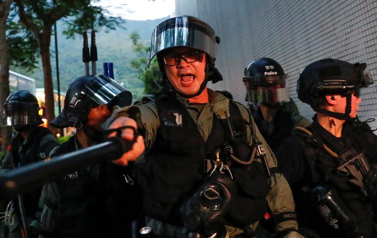 Die polisie in Hong Kong verhoed die protes op die lughawe, maar traangas word weer in Kowloon afgevuur