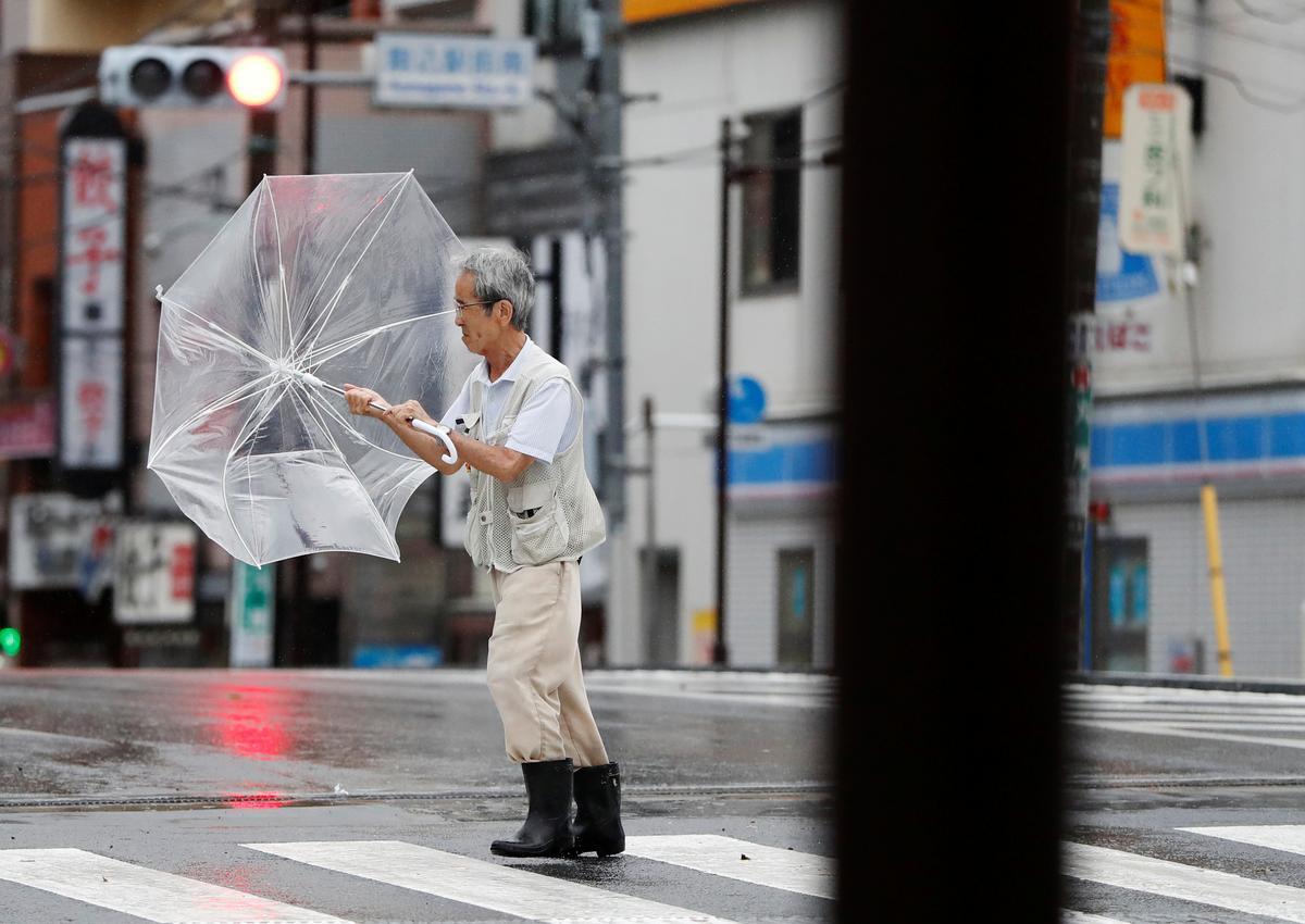 Sterk tifoonwinde beslaan Tokio-gebied, wat vervoer chaos veroorsaak