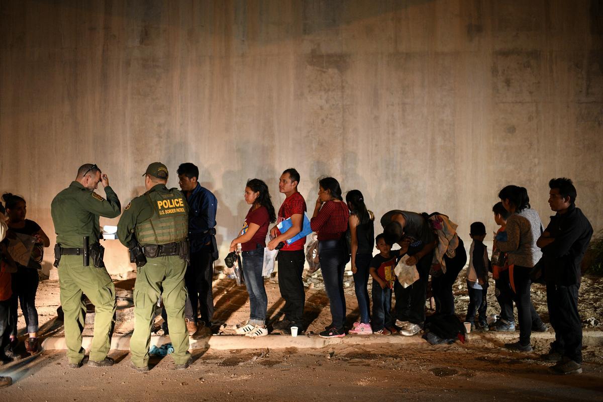 Trump-amptenaar van die grens sê gefrustreerd deur die regter wat die asielverbod blokkeer
