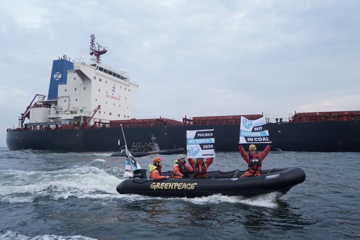 Poolse kuswagte beman Greenpeace met steenkoolproteste
