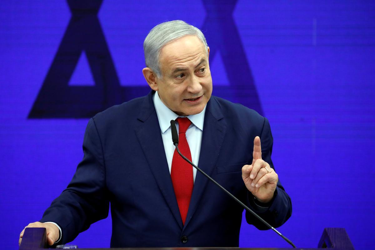 Israel tref Gasa aan nadat die vuurpylsirenes Netanyahu van die verhoog af gedwing het