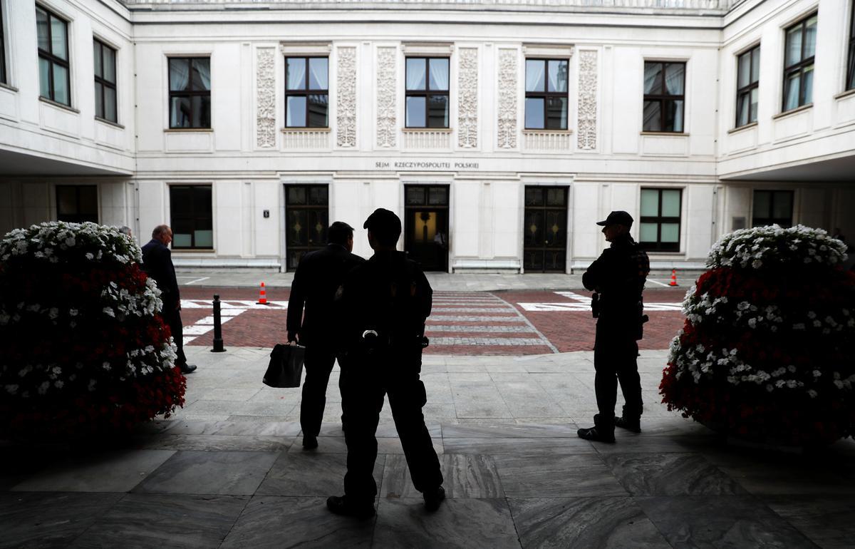 Pole skort die sitting van die parlement tot net na die verkiesing in Oktober