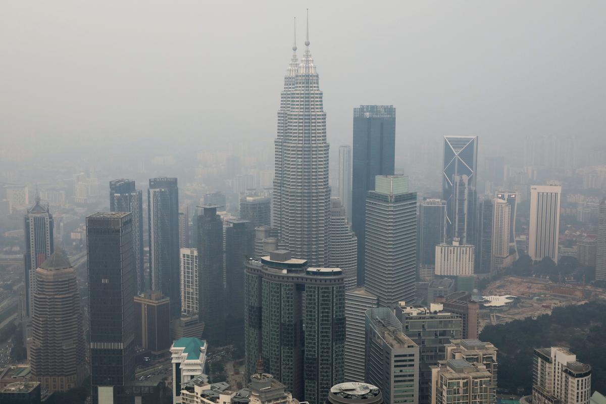 Duisende bid vir reën in Indonesië terwyl woude in rook opgaan