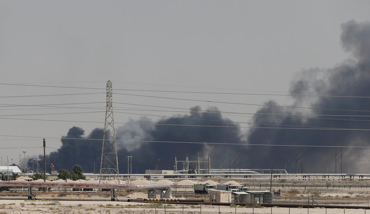 Die grootste olieprysstyging sedert 1991 as 'n 'toegesluit en gelaaide' Amerikaanse vinger na Iran vir aanval