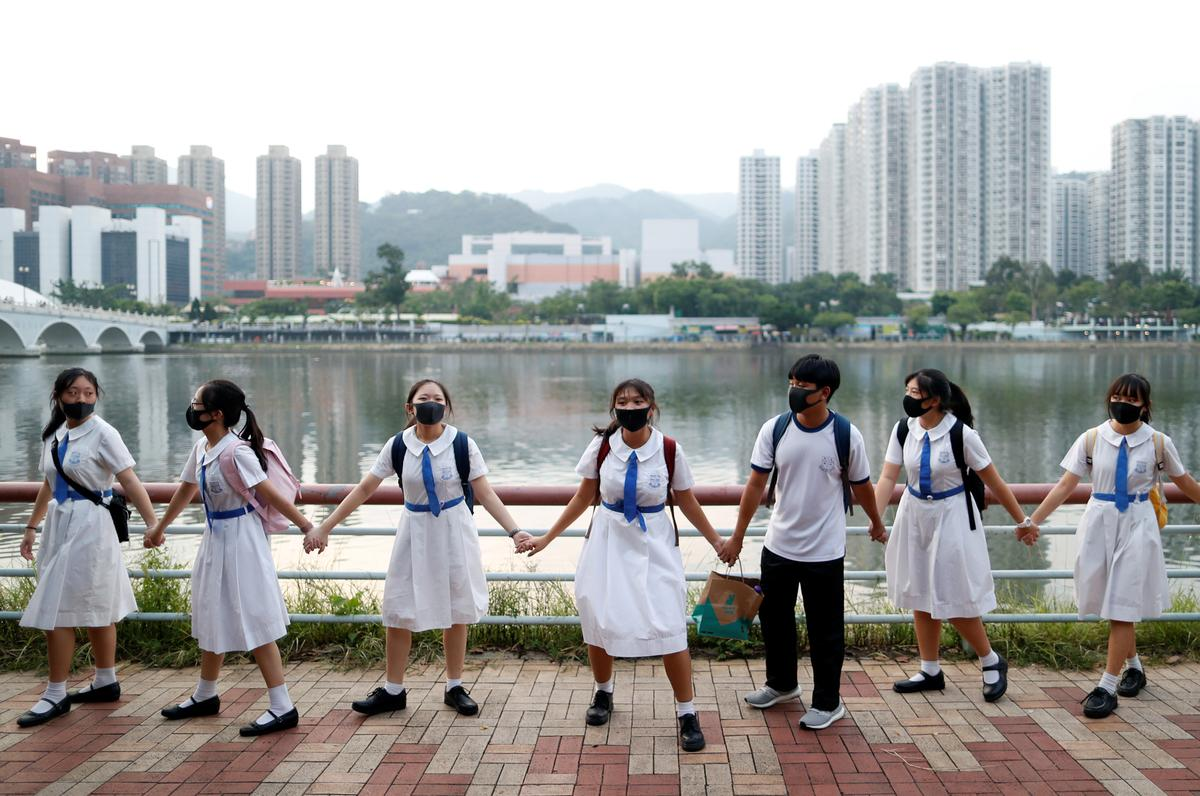 Geen luidsprekers, sambrele word toegelaat tydens gesprekke met die Hongkongse leier nie